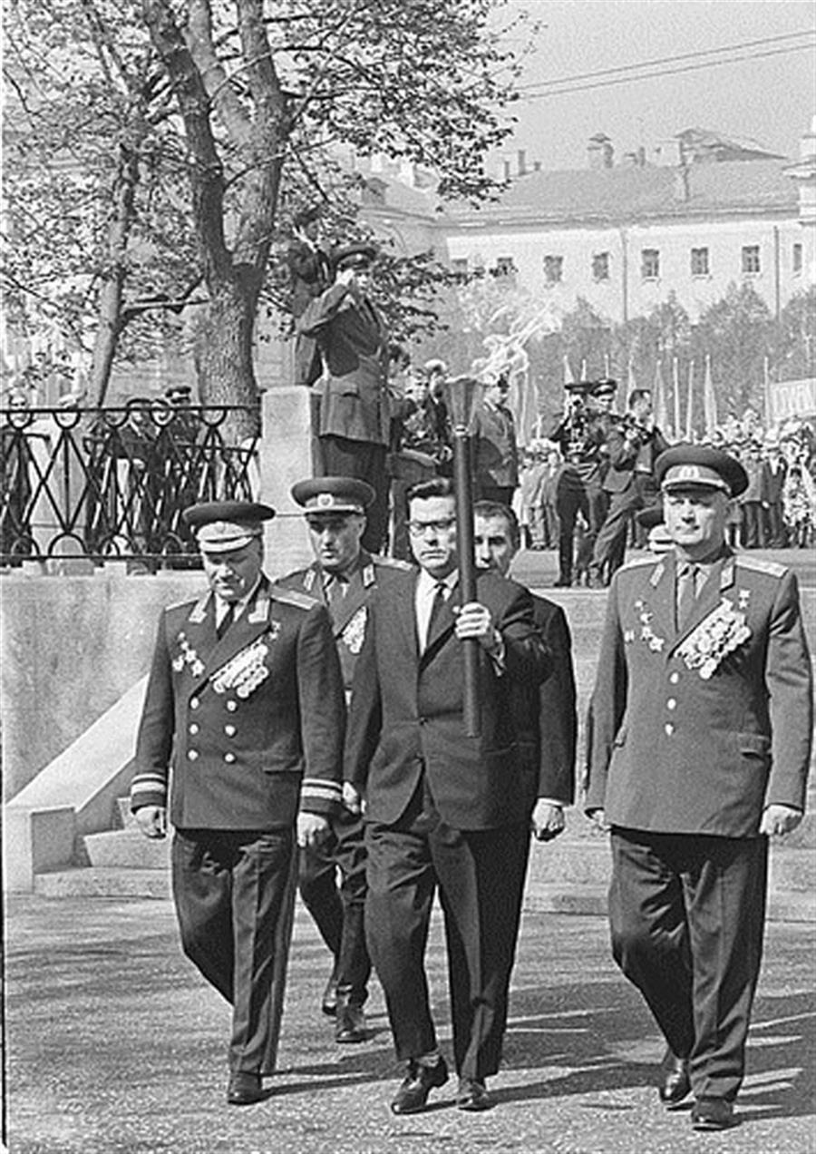 Алексей Маресьев с факелом Вечного огня