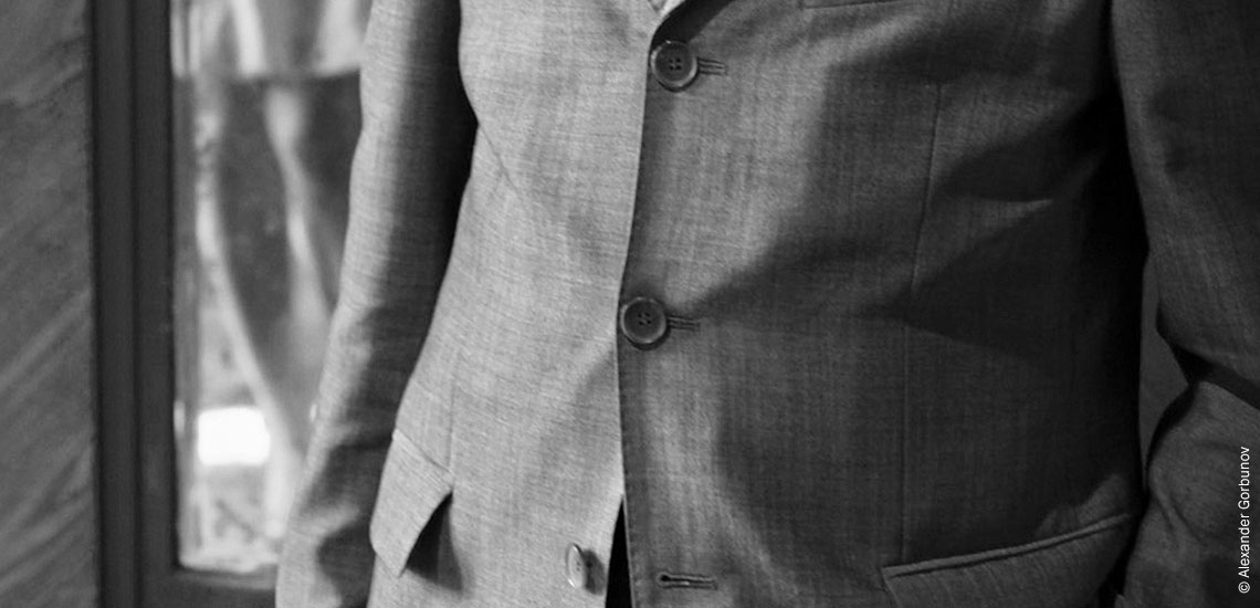 Почему не застегивают нижнюю пуговицу пиджака