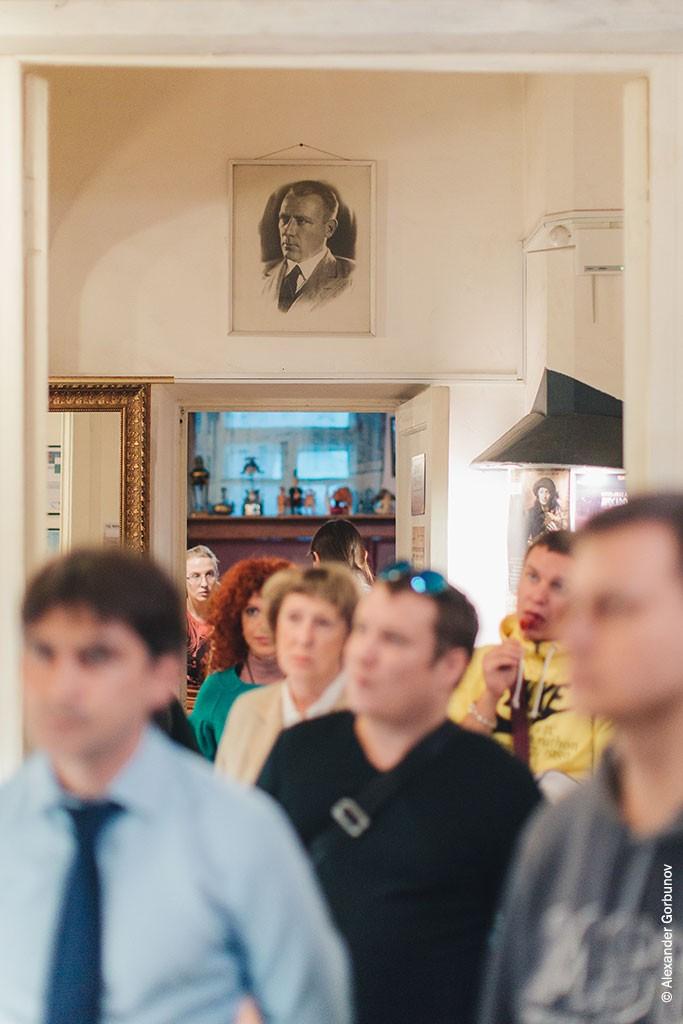 Начало открытия выставки Чарли Стоуна