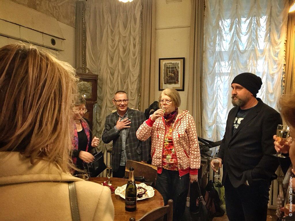 Бокалы шампанского на открытии выставки Николая Королёва