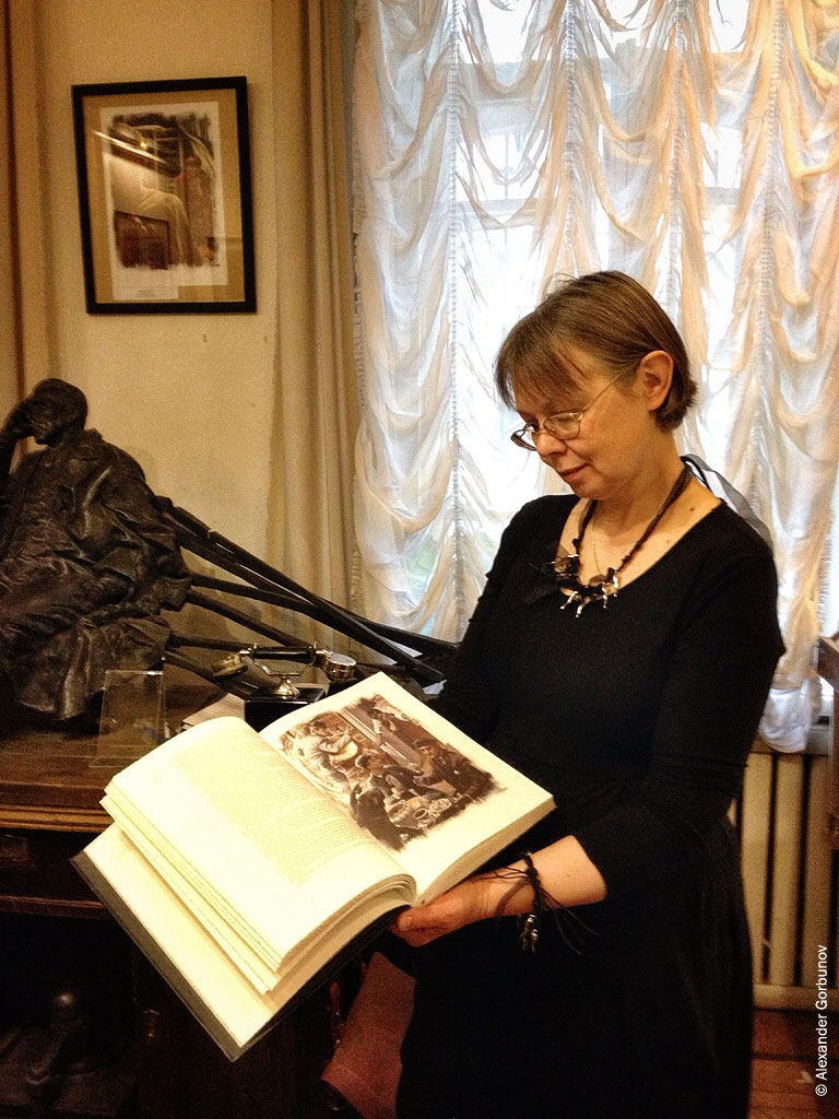 Марина Старченко с подарочным изданием Мастер и Маргарита
